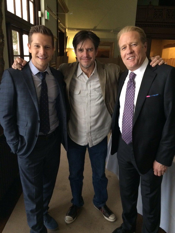 Matt Czuchry (Logan), Daniel Palladino e Gregg Henry (Mitchum) nos bastidores de Gilmore Girls: Seasons. Fonte: Twitter / @gregghenry88