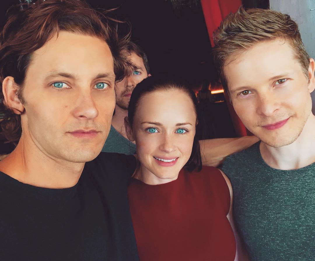 Tanc Sade (Finn), Alexis Bledel (Rory) e Matt Czuchry (Logan) nos bastidores de Gilmore Girls: Seasons. Fonte: Instagram / @tancsade