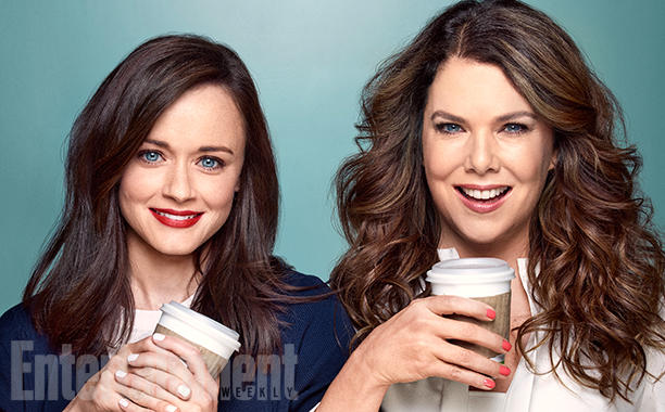 Lauren Graham e Alexis Bledel fotografadas no set de Gilmore Girls em Burbank, CA no domingo, 13/03/16. Foto por Chris Craymer Figurino: Brenda Maben; Assistente de figurino: Briana Heavener; Cabelo da Alexis: Bridget Brager/Bumble and Bumble/The Wall Group; Maquiagem: Kelsey Deenihan/mark./The Wall Group; Cabelo da Lauren: David Babaii/ghd Tools; Maquiagem: Angela Levin/TRACEY MATTINGLY; Produção: Allison Elioff/Sunny 16 Productions